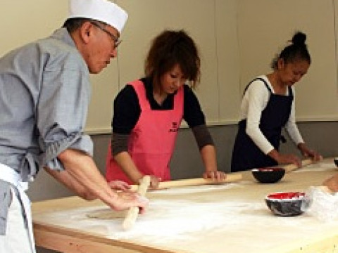 兵庫県 豊岡市 【そば打ち体験】 挽きたてのそば粉から作る!そば職人から学んで出石名物 そば作り・おそばと天ぷら・山菜ご飯の食事付き