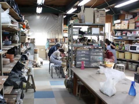 兵庫県 明石市【陶芸体験】 電動ろくろ3時間コース ☆ 自分の作りたいものを作れる自由な陶芸体験!1kgの粘土で作り、約150種類の色からお好きな色で仕上げます!