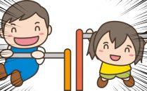 鉄棒で遊ぶ園児たち