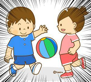 ボール遊びをする保育園児