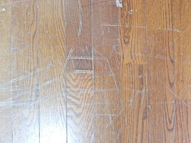 賃貸の退去時、床の傷の修繕費やクロス貼り替え費用は入居者負担? 敷金返還について解説