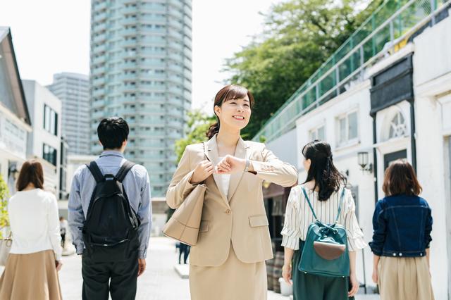 通勤する女性