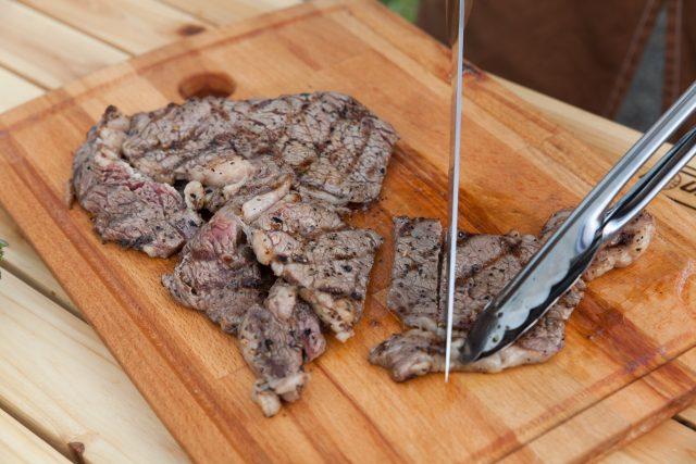 トングで肉をおさえながら包丁でダイナミックに切るモテテクニック。たけだバーベキューさん、さすがに上手です