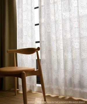 室内の暖かい空気を逃さない働きももつ遮熱カーテンは、冬場にも重宝する