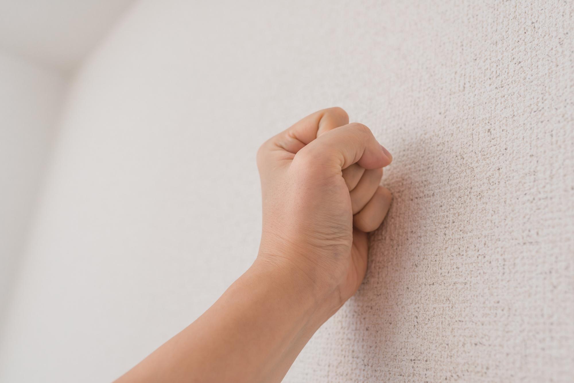 防音性が低い壁かどうかは軽く叩けばわかります。