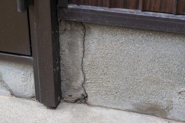 古い家の基礎のヒビ割れ