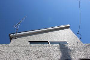 片流れ屋根と青空