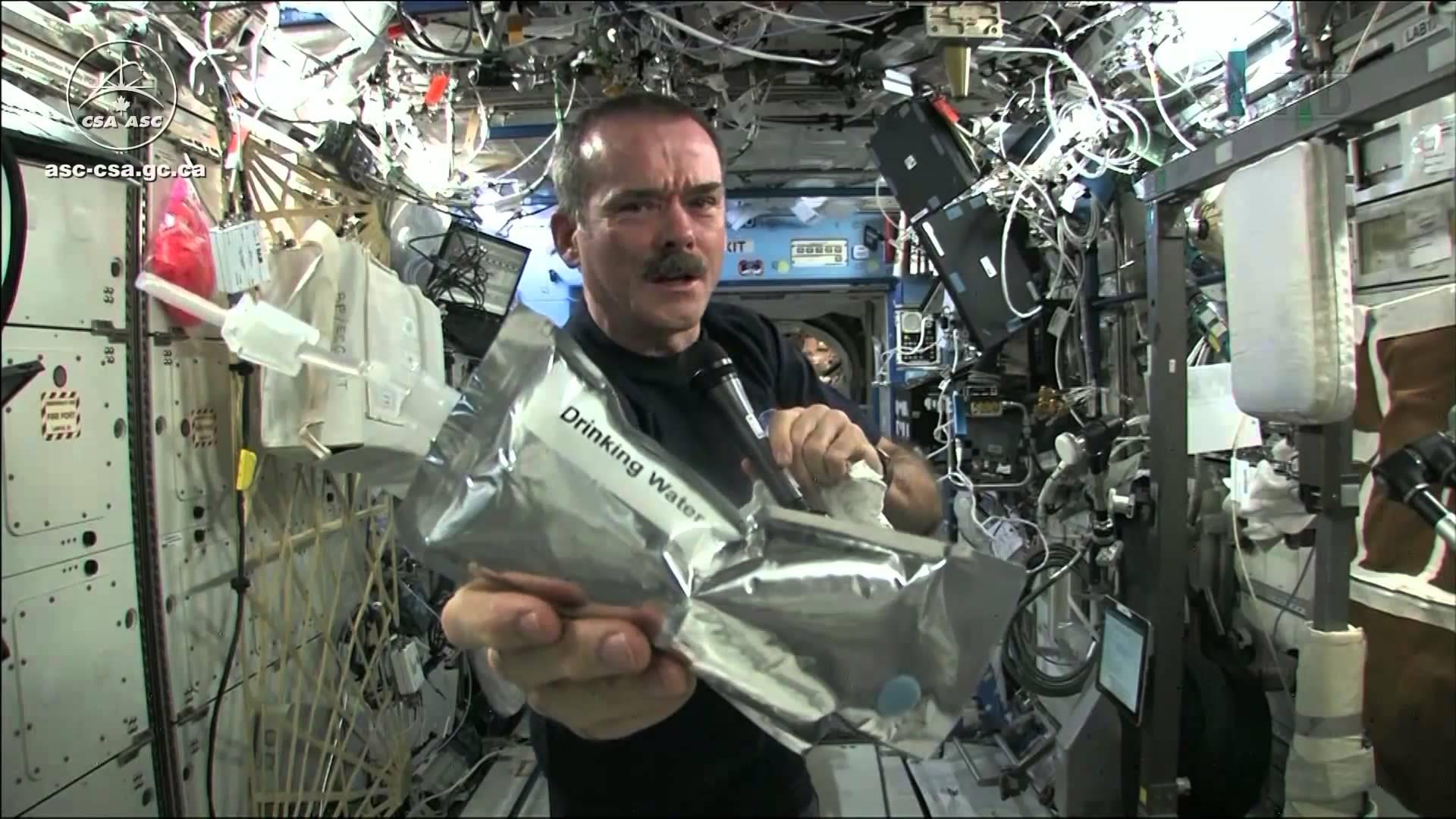 在太空擰毛巾會發生什麼事?正港太空人示範給你看!