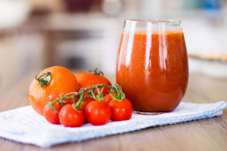 【獣医師監修】犬が「トマトジュース」を飲んでも大丈夫?飲みすぎとアレルギーには注意!