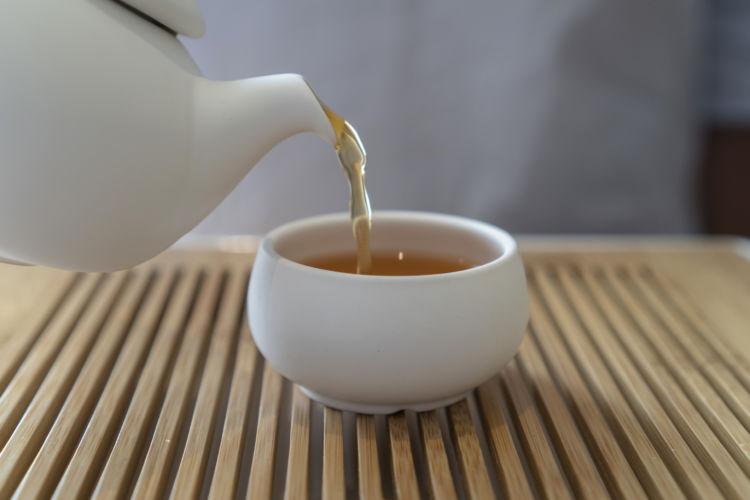 カフェインに含まれるテオブロミンという成分には中枢神経興奮作用があり、けいれんやてんかん発作を誘発するとも言われています。