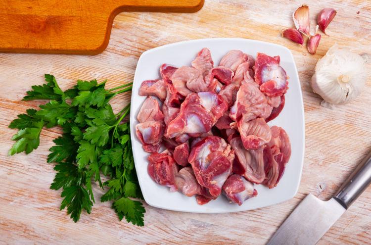 【獣医師監修】犬が砂肝を食べても大丈夫?アレルギーや下痢、腎臓への負担は?メリットや注意点!