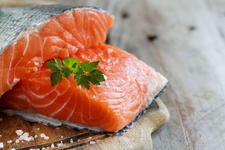 【獣医師監修】犬が鮭(サーモン)を食べても大丈夫?アレルギーや下痢は?メリットや注意点!