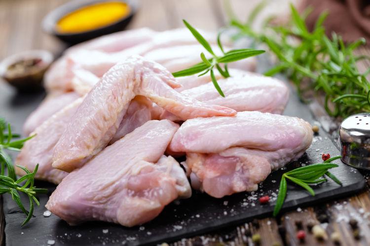 【獣医師監修】犬が手羽先(生)の肉を食べても大丈夫?骨ごと与えていい?適量や注意点!