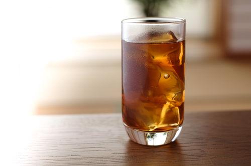 【獣医師監修】愛犬に麦茶を飲ませても大丈夫?麦茶のメリットは?カフェインは危険!?