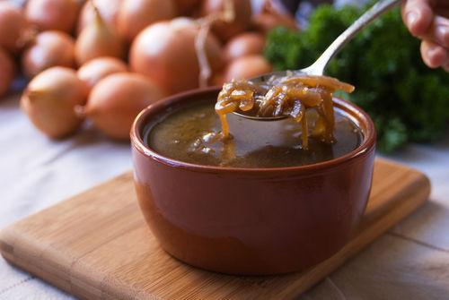 犬には加熱した玉ねぎや玉ねぎエキスが入ったスープ、味噌汁も与えてはダメ!
