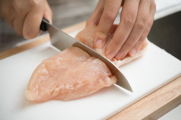 愛犬が食べやすいように生肉を切る