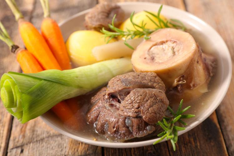 愛犬に豚肉を与える際には「玉ねぎ」など「ネギ類」の茹で汁に注意!