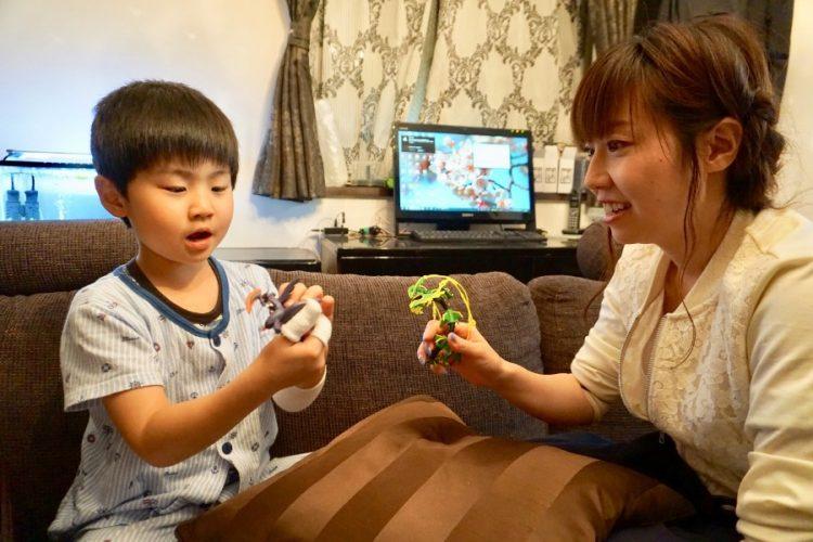 ご家庭での須賀澤さんと息子さん。