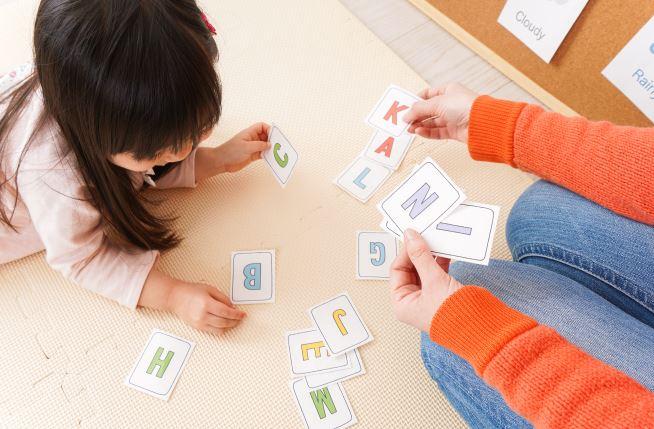 幼児教育はいつから始める?始めた時期や心がけたことと利用したサービス