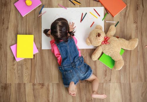 子どもにプレゼントするお絵かきアイテム。選ぶポイントや実際に贈って喜ばれたもの
