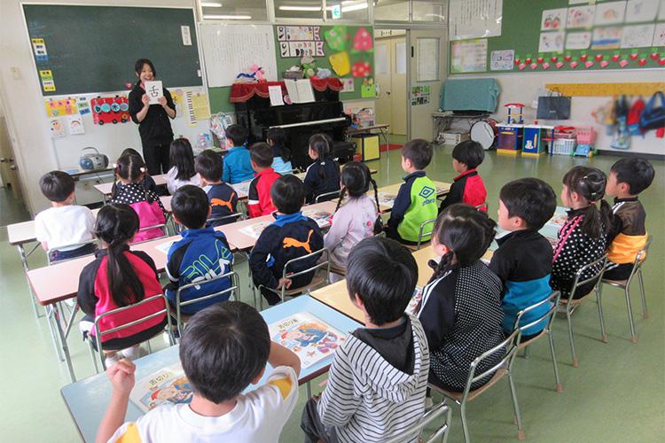 漢字や百玉算盤など多彩な教育カリキュラム