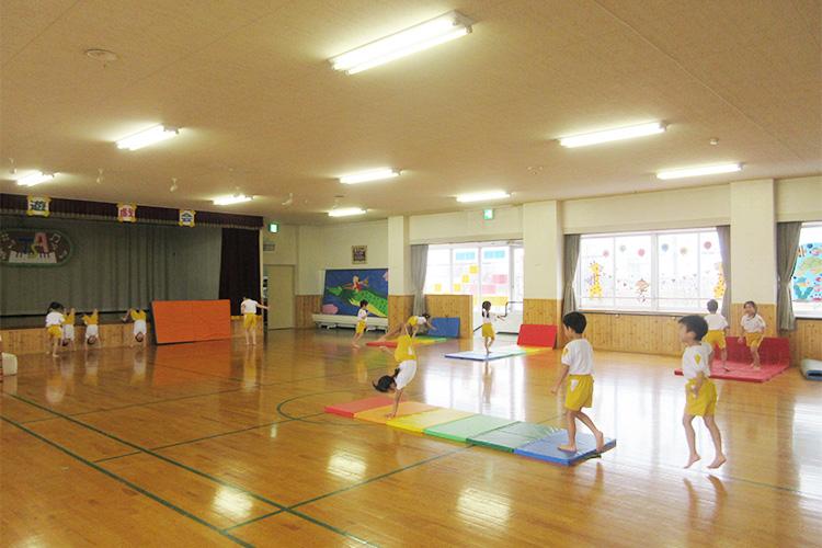 週一で体育講師が指導する体操保育
