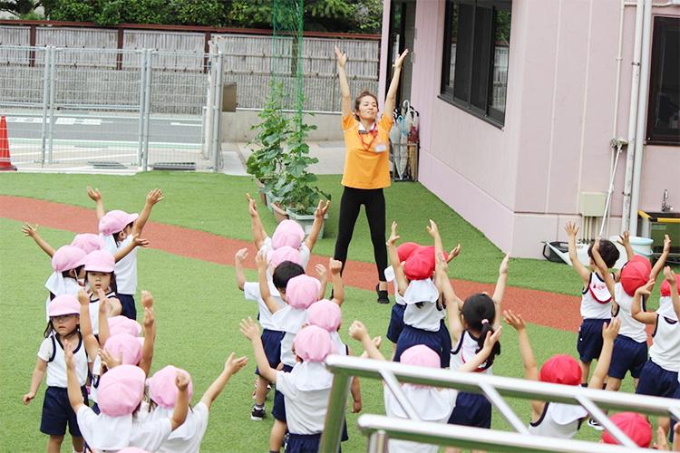 子どもたちと行動を共にし、手本を示す保育