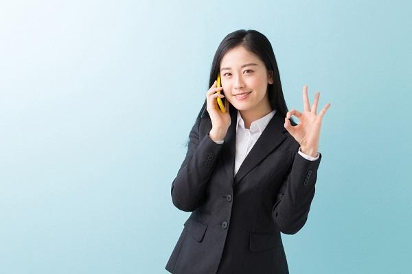 電話をしているスーツの女性の写真