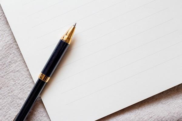 便箋とペンの写真