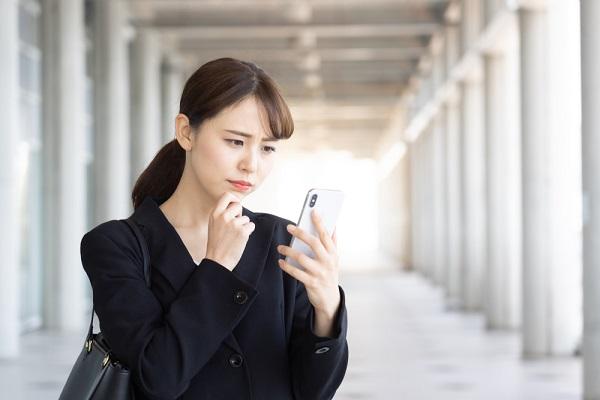 園見学のキャンセル電話をかける学生の写真