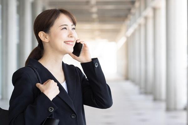 園見学の電話をかける学生の写真