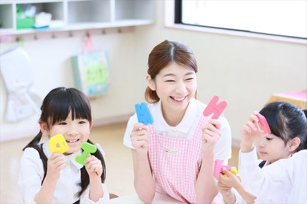 幼稚園の先生になりたい!年収や就職状況は?