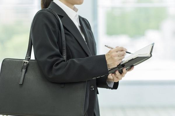 保育士の就職フェアにふさわしい服装は?スーツの選び方や服装自由の場合の対応