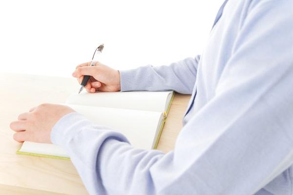 勉強をしている人の写真