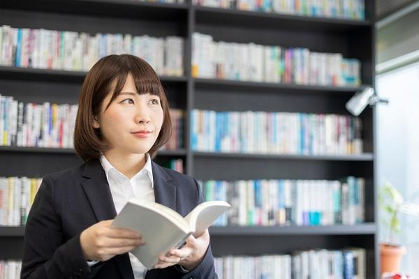 本を持ってる女性