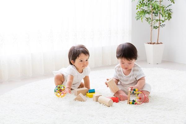 遊ぶ二人の子ども