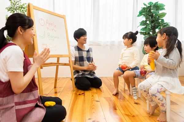 保育室内の先生と子どもたち
