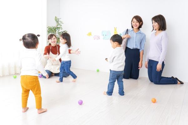 子どもが遊んでいる様子