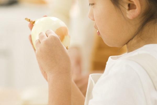 料理をしている女の子の写真