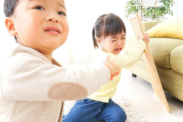 子どもが喧嘩をしている画像