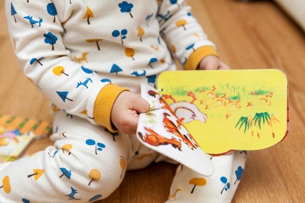 子どもが絵本を持っている画像