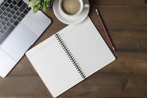 ノートとパソコン、コーヒーの写真