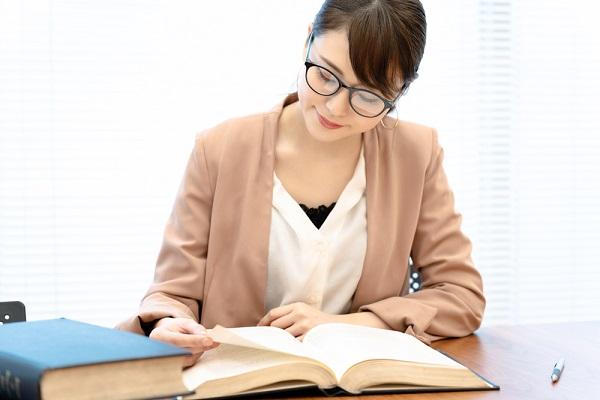 本を読んで勉強している女性