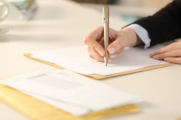 保育士の履歴書を入れる封筒の書き方。就活に役立つ、送付状の見本や手渡しのマナー