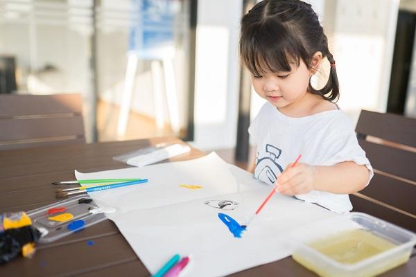 絵の具でお絵かきする女の子