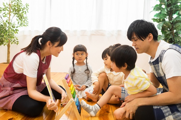 子どもたちに数字を教える保育士
