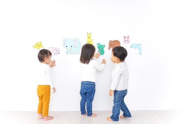 動物の絵を指さしている子ども