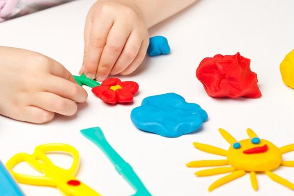 粘土遊びをする子ども