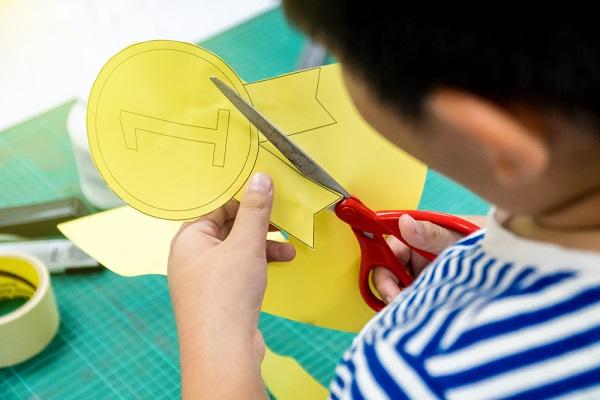 手作りメダルを作る男の子の写真