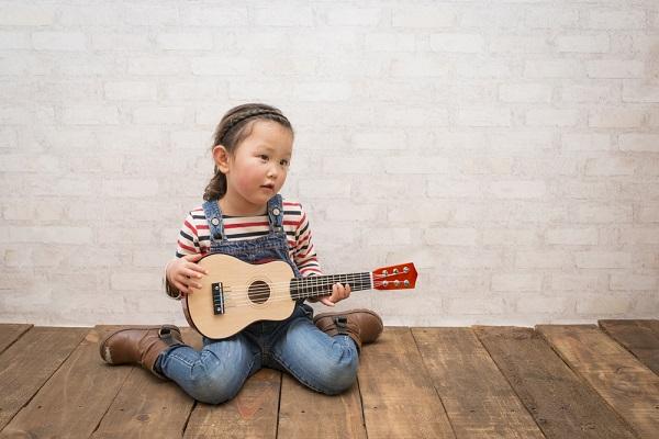 ギターを持った女の子の写真